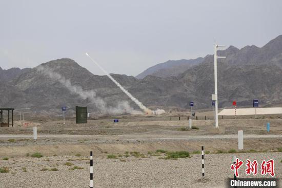 综合赛上,中国海军参赛队发射导弹对同方向、不同高度、多批次目标迎攻射击。 王浩 摄
