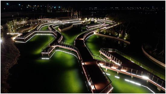 昌吉头屯河庆典公园绚丽的灯光与水面交相辉映。 佘未来 摄