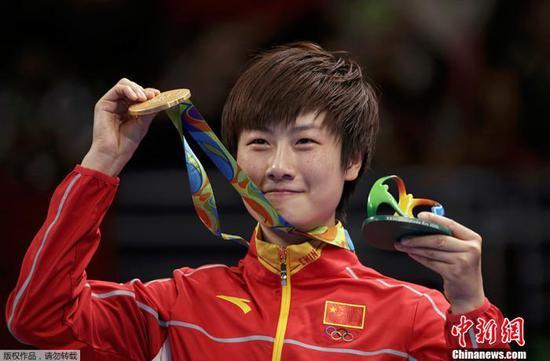 资料图:里约奥运会乒乓球女单决赛经过七局激烈的争夺,最终丁宁4-3战胜李晓霞获得冠军。