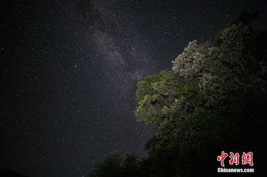 9月4日晚,在贵州天柱石洞镇柳寨梯田拍摄的银河星空。 瞿宏伦 摄
