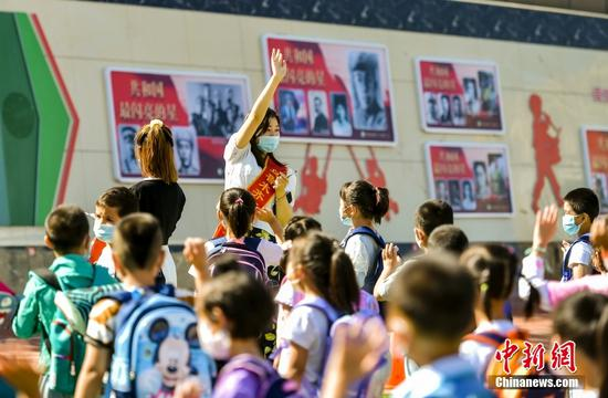 乌鲁木齐一小学为一年级新生举办入学仪式
