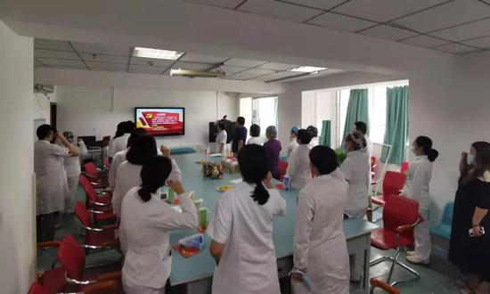 李红燕带领科室医务人员重温入党誓词