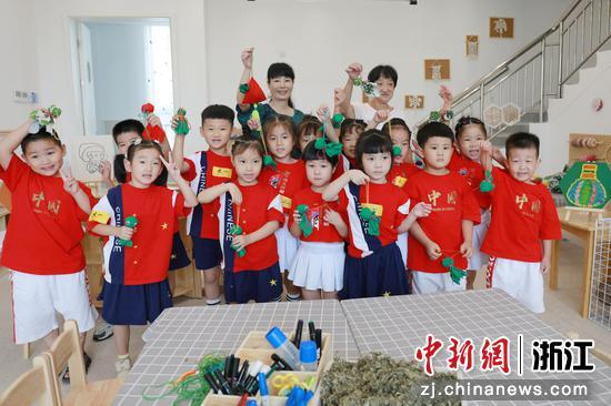 小朋友们和老师一起合影  俞大庆 摄