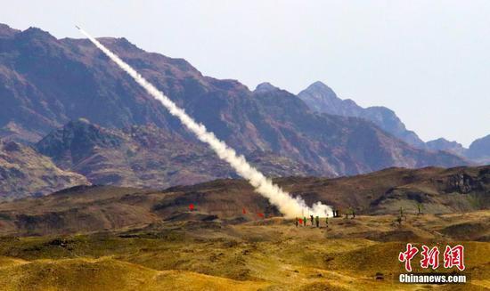 """9月1日,""""国际军事比赛-2021""""中国库尔勒赛区""""晴空""""便携式防空导弹班组项目综合赛拉开战幕。比赛场上,中国、俄罗斯、白俄罗斯、埃及、乌兹别克斯坦、委内瑞拉6国参赛队展开激烈比拼,中国队表现抢眼。在前期进行的技能赛和多能赛中,中国参赛队接连夺冠。据了解,当天进行的综合赛是""""晴空""""项目的收官之战,本场比赛的成绩,以及项目团体前三名和技能赛、多能赛、综合赛每个阶段的最佳导弹射手、最佳机枪手、最佳驾驶员将于9月2日公布。图为中国参赛队对模拟空中目标迎攻射击。中新社记者 王小军 摄"""