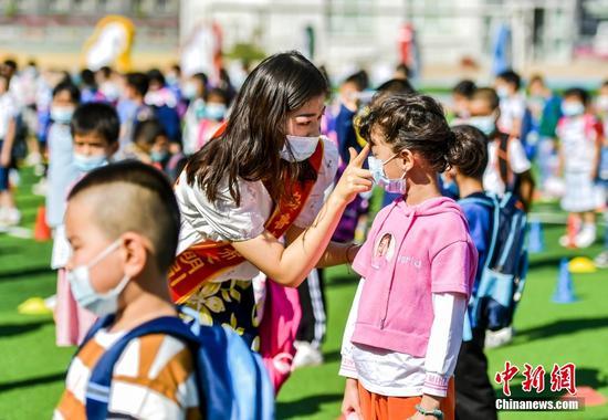 图为老师为一年级新生点朱砂。 中新社记者 刘新 摄
