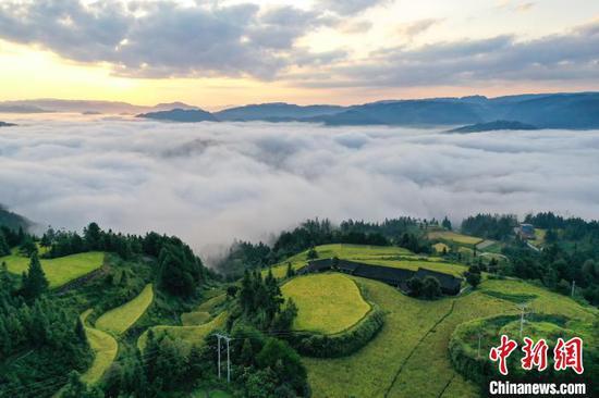 航拍贵州天柱石洞镇柳寨村云海景观。 瞿宏伦 摄