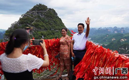 图为游客在桂林阳朔如意峰景区拍照留念。王猛  摄