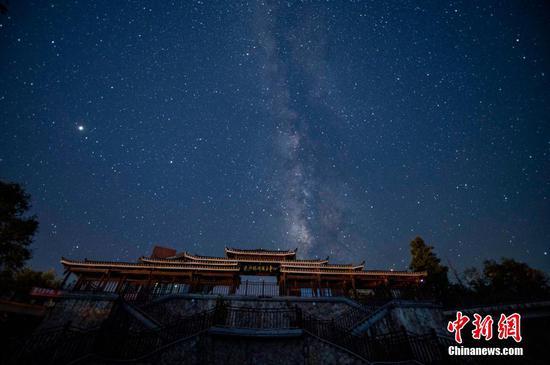 在从江县丙妹镇岜沙旅游服务区拍摄的星空。 吴德军 摄