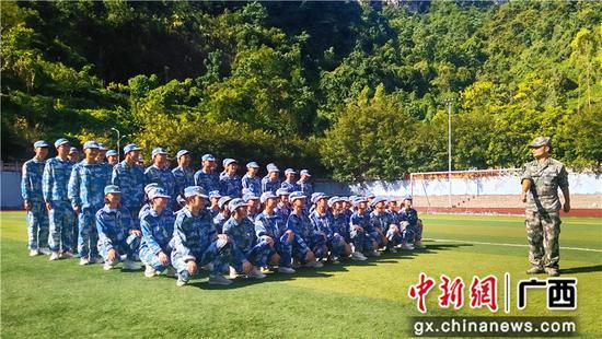 河池民族高级中学开展新生军训 磨炼学生意志