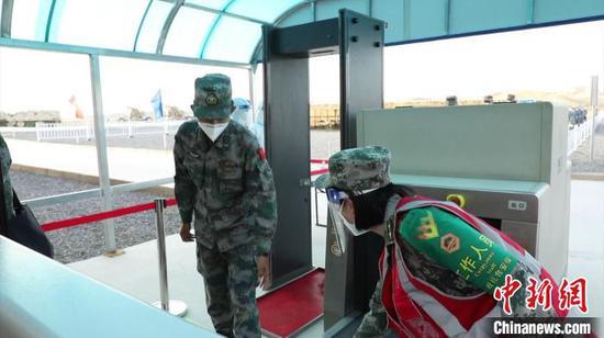 核心区安保人员在入口处进行安检。 赛事指导组提供