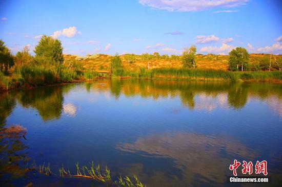 湖边植被繁茂。石晓坤 摄