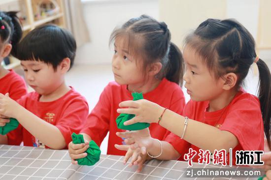 小朋友们在制作民间布艺作品   俞大庆 摄