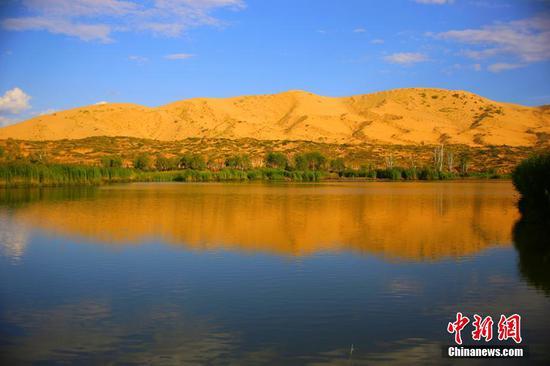 湖泊外围被黄色沙漠环绕。石晓坤 摄