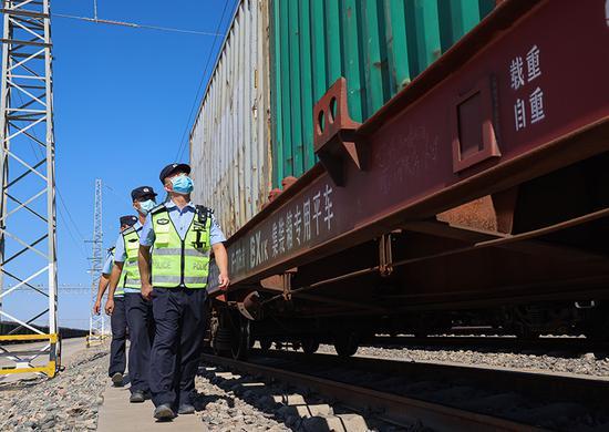新疆铁警护航中欧班列