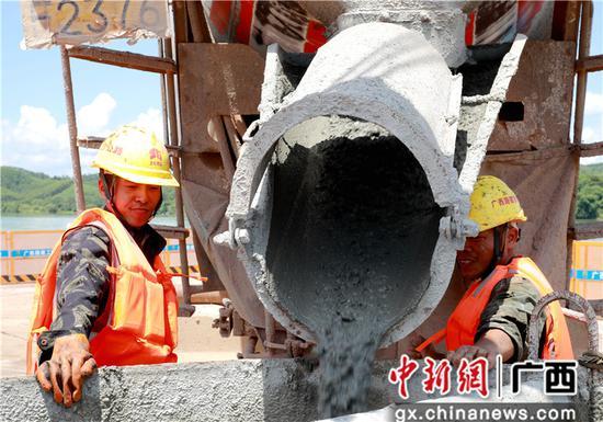 广西飞龙大桥首根桩基浇筑完成