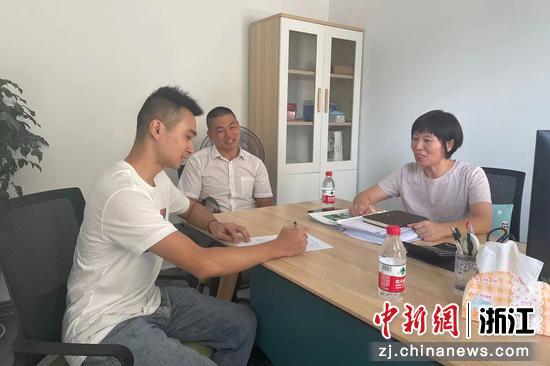 工作人员陪同退役军人到企业面试。郭华民 摄