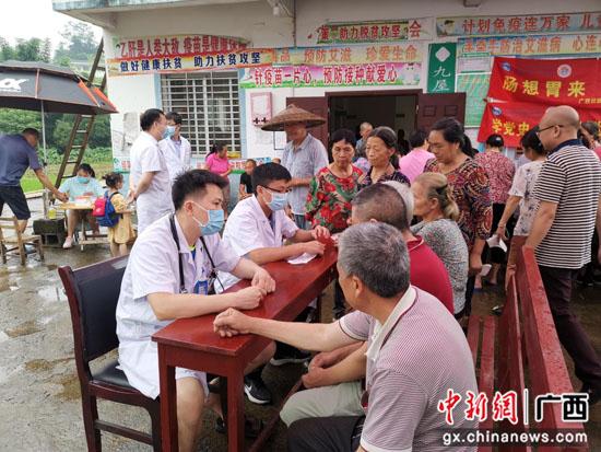 桂林医务人员义诊服务进乡村 联合党建暖民心