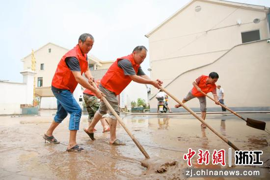 长山乡党员干部进行村庄路面清淤。  田双双 摄