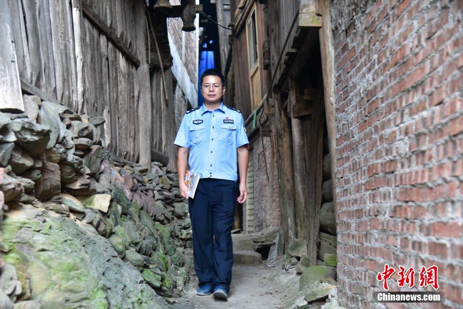 在广西侗乡支教的警察老师