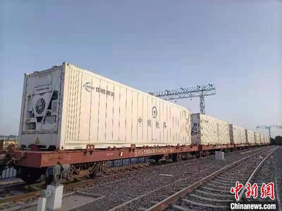 新疆喀什借助铁路冷链物流班列解决农产品出疆难。 雷木果 摄