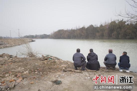渔家兄弟在拆迁后的渔村  朱伟 摄