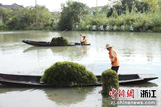 渔民荣祥转行成为一名河道保洁员  朱伟 摄