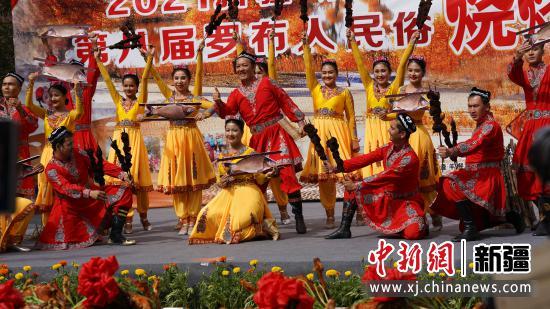 罗布淖尔歌舞团的演员们的歌舞表演。庞博 摄