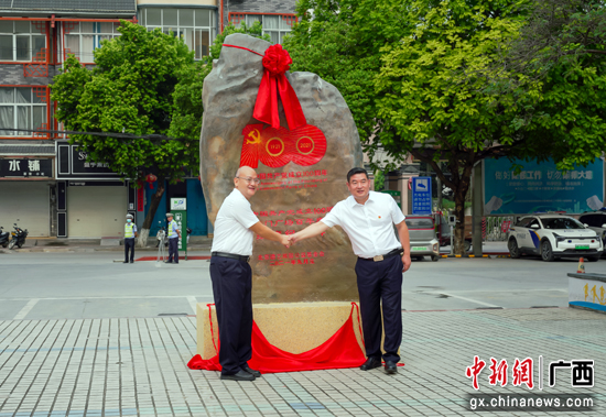 马山县获赠庆祝中国共产党成立100周年天安门广场百年庆典红旗一套