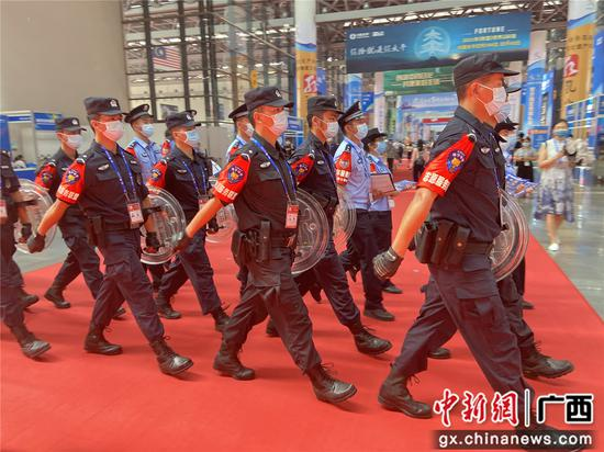 西乡塘公安分局和南宁市特警支队四大队民警联合巡馆。林洁琪 摄