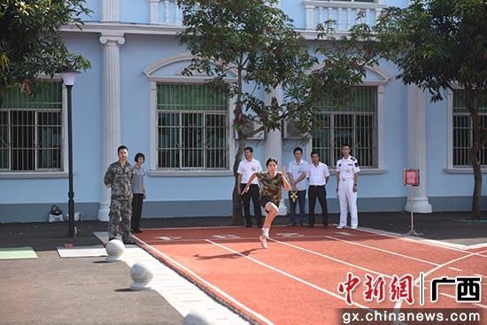 广西钦州市开展女兵体能测试和面试