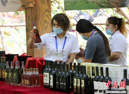 近年来,吐鲁番葡萄产业链不断延伸,当地葡萄酒品牌知名度渐响。 胡嘉琛 摄
