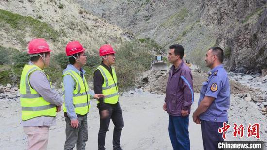 连日来,巴音郭楞蒙古自治州境内的策大雅-S340霍尔古吐公路正在加紧建设当中。 阿瓦古丽·阿卜来提 摄