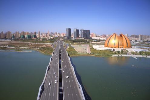 连接乌昌两地的头屯河大桥 车流穿梭。 刘华 摄