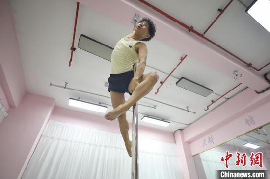 张细达在一家舞蹈工作室练习钢管舞。 瞿宏伦 摄