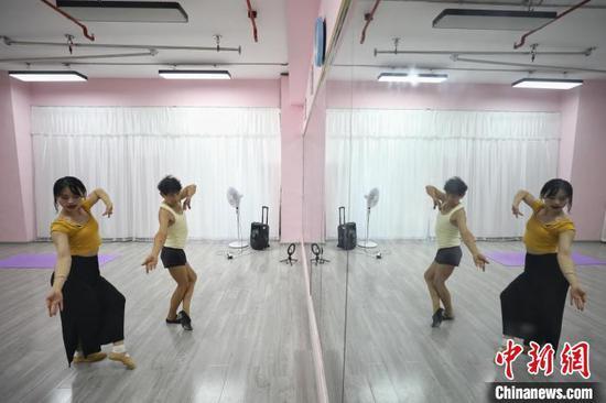 张细达跟随舞蹈老师在练习舞蹈动作。 瞿宏伦 摄