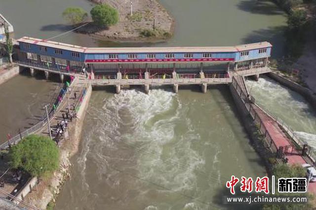 9月1日,我国最大的内陆淡水湖博斯腾湖2021年首次向孔雀河中下游胡杨林区生态输水工作正式启动。