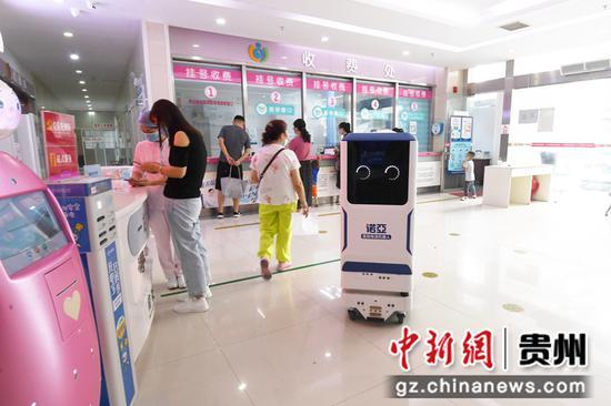 9月14日,在贵阳市妇幼保健院南明分院,诺亚物流机器人正在配送药品。