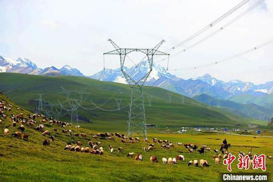 2020年10月14日,新疆实现了750千伏电网全覆盖,为新疆经济社会发展提供了充足的能源保障。 张利民 摄