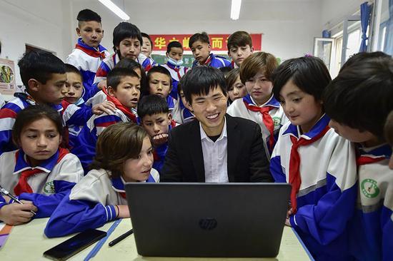 2020年6月28日,叶城县西合休乡光伏行政村通大网电后,学生们可以上电脑课了。周广科摄
