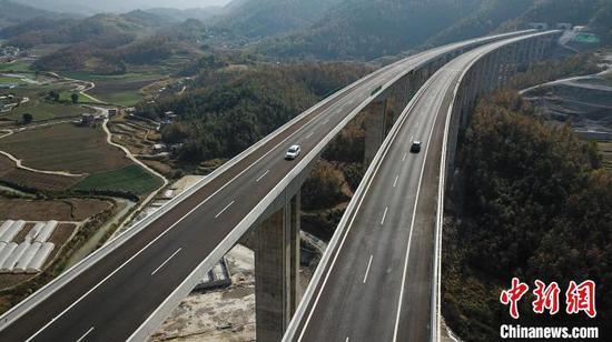 航拍贵州省紫云县至望谟县高速公路(紫望高速)。 瞿宏伦 摄