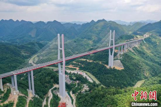 航拍位于贵州省黔南州贵定县云雾镇境内的都(匀)安(顺)高速公路云雾大桥。 瞿宏伦 摄