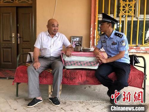 辖区居民吾布力·卡斯木因患病,陶永生(右)每周去看望老人,聊聊家常。 陶拴科 摄
