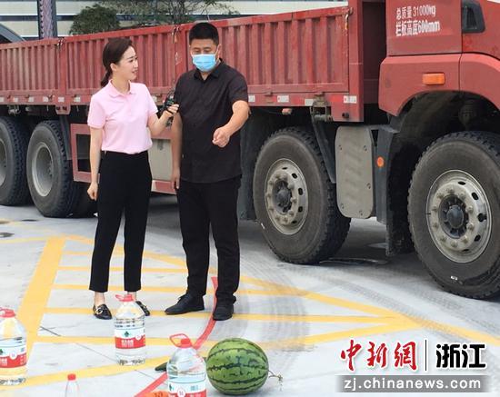 工程车盲区体验  台州交警供图