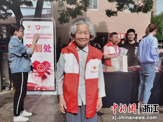 潘樱囡老人进行志愿服务  徐铭怿供图