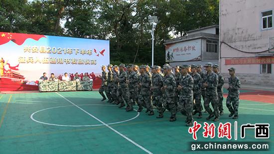 桂林兴安县52名优秀青年光荣入伍