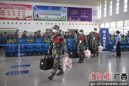 钦州市举行新兵入伍欢送仪式 新兵开启军旅生涯