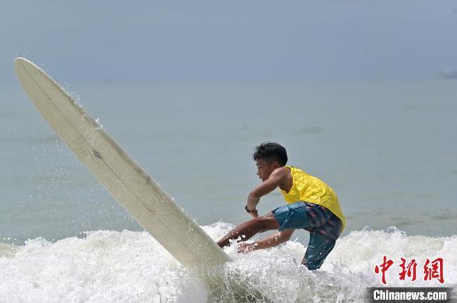 上百名冲浪选手广西北海逐浪竞技