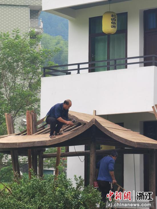 村民们正在修缮民宿  周孙榆 摄