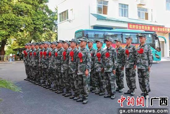 柳州三江60多名新兵披红戴花别家乡 戎装加身报祖国