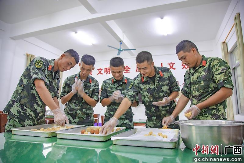 """武警玉林支队官兵自制""""专属月饼""""寄家人"""